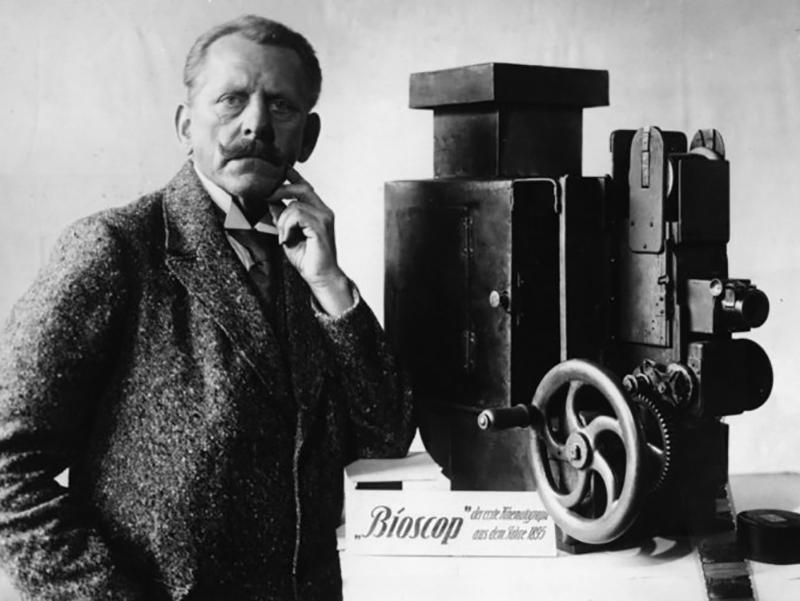 Max Skladonowsky next to his Bioscop, 1933